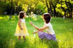 В деревне ребенку легче познать окружающий мир и природу. Показывайте своему чаду различные растения, изучайте во время прогулок названия деревьев и