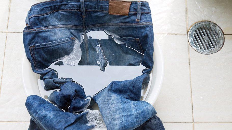 Чем вывести краску с джинс в домашних условиях быстро