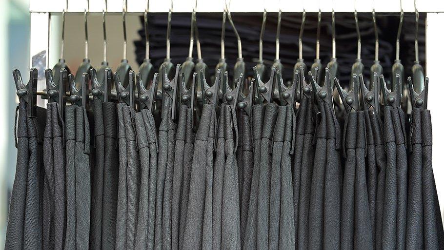 Как стирать брюки вручную и в стиральной машине